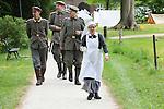 Foto: VidiPhoto<br /> <br /> DOORN - Met tal van demonstraties, presentaties en exercitieoefeningen kregen de duizenden bezoekers van Huis Doorn zaterdag een kijkje in het militaire leven tijdens de Eerste Wereldoorlog. Living History-groepen, verkleed als soldaten, burgers en verpleegsters, toonden in verschillende kampementen het dagelijks leven in de loopgraven, het front en daarbuiten. Met zo'n 150 re-enacters uit vier verschillende landen was dit de grootste historische evenement wat Huis Doorn ooit organiseerde. Veel belangstelling was er voor de 100 jaar oude wapens en uitrustingstukken. Zo was er een ziekenhuis en medisch laboratorium (Royal Army Medical Corps) en Regimental Aid Post (eerste hulp post net achter het front) met uitleg over de medische verzorging in WOI, de strijd tegen wondinfectie en (loopgraaf)ziektes. Huis Doorn was honderd jaar geleden tot en met 1941 het verblijf van de afgezette Duitse keizer Wilhelm II.