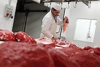 Lavorazione carne di bufala. Meat processing..Il Consorzio promuove lo sviluppo e la produzione, della trasformazione e della commercializzazione delle carni bufaline e dei suoi derivati..The Consortium promotes the development and production, processing and marketing of buffalo meat and its derivatives....