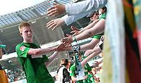 FUSSBALL   1. BUNDESLIGA   SAISON 2012/2013    32. SPIELTAG SV Werder Bremen - TSG 1899 Hoffenheim             04.05.2013 Kevin De Bruyne (SV Werder Bremen) bedankt sich nach dem Abpfiff bei den Fans in der Ostkurve