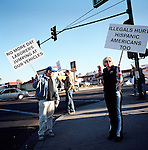 Minutemen confront day laborers in a pickup site..Phoenix, AZ.12/10/05.photos: Hector Emanuel