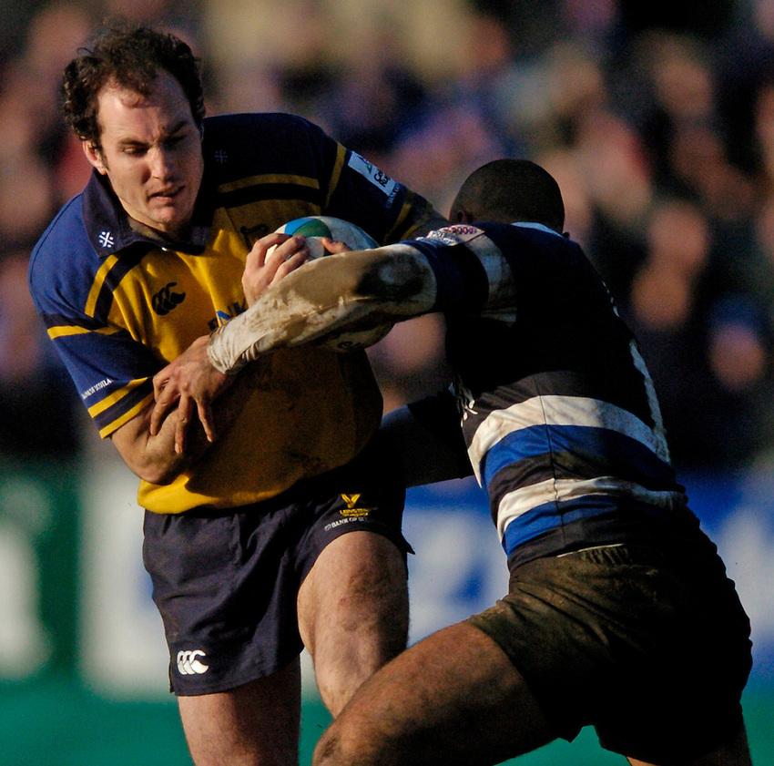 Photo: Richard Lane..Bath Rugby v Leinster. Heineken Cup. 08/01/2005..Girvan Dempsey attacks.