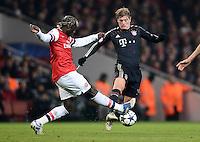 FUSSBALL  CHAMPIONS LEAGUE  ACHTELFINALE  HINSPIEL  2012/2013      FC Arsenal London - FC Bayern Muenchen       19.02.2013 Bacary Sagna (li, Arsenal) gegen Toni Kroos (re, FC Bayern Muenchen)