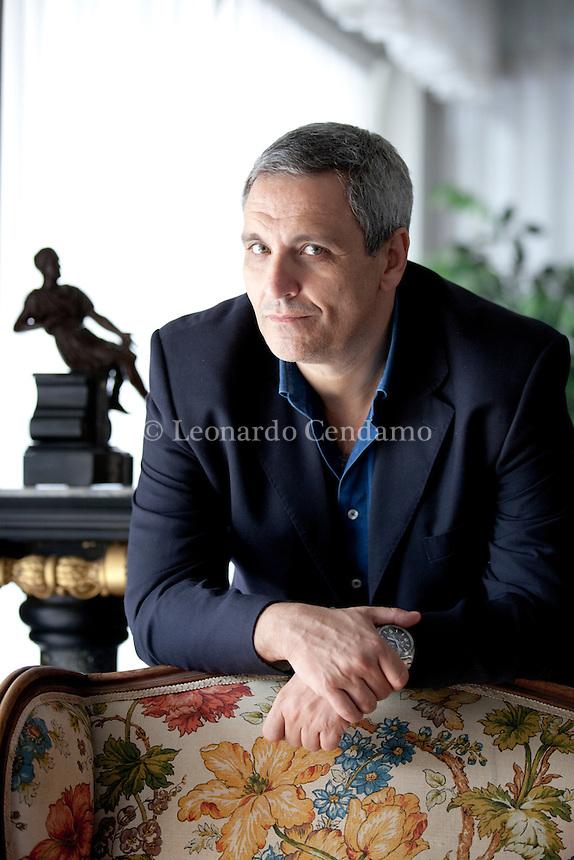 Maurizio de Giovanni è nato nel 1958 a Napoli, dove vive e lavora. Ha iniziato a scrivere nel 2005 vincendo un concorso per giallisti esordienti, con un racconto avente per protagonista il commissario Ricciardi. Pordenone, settembre 2012. © Leonardo Cendamo