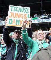 FUSSBALL   1. BUNDESLIGA   SAISON 2011/2012   34. SPIELTAG SV Werder Bremen - FC Schalke 04                       05.05.2012 Ein Bremer Fan mit einem Schild: TSCHUESS JUNGS! DANKE!