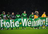 FUSSBALL   1. BUNDESLIGA    SAISON 2012/2013    17. Spieltag   SV Werder Bremen - 1. FC Nuernberg                     16.12.2012 Werder Spieler wuenschen mit einem Banner FROHE WEIHNACHTEN