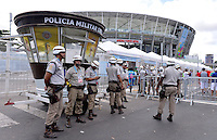 FUSSBALL WM 2014 VORRUNDE GRUPPE E  Schweiz - Frankreich 20.06.2014  Polizisten vor der Arena in Salvador