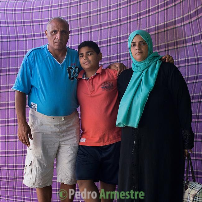 15 septiembre 2015. Ceti-Melilla <br /> Hamami Anie, de 46 a&ntilde;os, y su marido, Mansour Abdelkarim, de 48 son palestinos que tuvieron que huir de Siria. En el Centro de Estancia Temporal de Inmigrantes est&aacute;n con su hijo Abdelkarim, de 12 a&ntilde;os. Este ni&ntilde;o echa de menos tener su bicicleta e ir a la escuela. En el Ceti ha hecho algunos amigos pero tiene ganas de llegar a Alemania. La ONG Save the Children exige al Gobierno espa&ntilde;ol que tome un papel activo en la crisis de refugiados y facilite el acceso de estas familias a trav&eacute;s de la expedici&oacute;n de visados humanitarios en el consulado espa&ntilde;ol de Nador. Save the Children ha comprobado adem&aacute;s c&oacute;mo muchas de estas familias se han visto forzadas a separarse porque, en el momento del cierre de la frontera, unos miembros se han quedado en un lado o en el otro. Para poder cruzar el control, las mafias se aprovechan de la desesperaci&oacute;n de los sirios y les ofrecen pasaportes marroqu&iacute;es al precio de 1.000 euros. Diversas familias han explicado a Save the Children c&oacute;mo est&aacute;n endeudadas y han tenido que elegir qui&eacute;n pasa primero de sus miembros a Melilla, dejando a otros en Nador.  &copy; Save the Children Handout/PEDRO ARMESTRE - No ventas -No Archivos - Uso editorial solamente - Uso libre solamente para 14 d&iacute;as despu&eacute;s de liberaci&oacute;n. Foto proporcionada por SAVE THE CHILDREN, uso solamente para ilustrar noticias o comentarios sobre los hechos o eventos representados en esta imagen.<br /> Save the Children Handout/ PEDRO ARMESTRE - No sales - No Archives - Editorial Use Only - Free use only for 14 days after release. Photo provided by SAVE THE CHILDREN, distributed handout photo to be used only to illustrate news reporting or commentary on the facts or events depicted in this image.