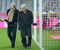 FUSSBALL   1. BUNDESLIGA  SAISON 2012/2013   15. Spieltag FC Bayern Muenchen - Borussia Dortmund     01.12.2012 Ex - FC Bayern Muenchen Torwart Oliver Kahn (li) mit Vater Rolf Kahn auf dem Spielfeld der Allianz Arena nach Spielende.