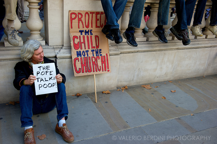 People rests listening to the closing speeches in front of Downing Street n.10