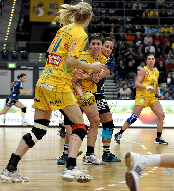 1. Bundesliga Handball Frauen - Punktspiel HC Leipzig (HCL) : DJK / MJC Trier - Arena Leipzig - im Bild: Anne Müller übergibt das Streitobjekt an Sara Eriksson. Foto: Norman Rembarz ..