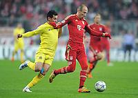 FUSSBALL   CHAMPIONS LEAGUE   SAISON 2011/2012     22.11.2011 FC Bayern Muenchen - FC Villarreal Arjen Robben (re, FC Bayern Muenchen) gegen Hernan Perez (Villarreal CF)