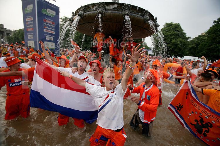 Fussball WM 2006  Gruppenspiel  Vorrunde  Gruppe C Holland 2-1 Elfenbeinkueste Holland Fans feiern im Brunnen auf dem Stuttgarter Schlossplatz das Weiterkommen ihres Teams, Heimspiel in Stuttgart