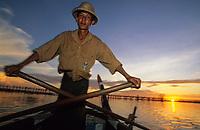 Asie/Birmanie/Myanmar/Haute Birmanie/Env Mandalay/Amarapura: En barque devant le pont de U Bein sur le lac Tangtaman