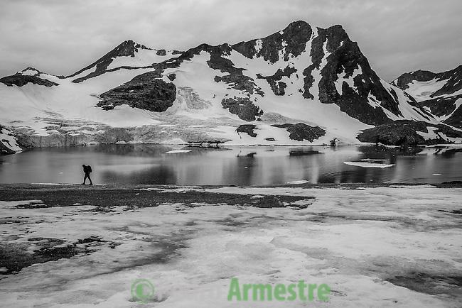 Comienza la expedición en el Artico de Greenpeace evidencias del cambio climatico, en kulusuk, Groenlandia. Alejandro Sanz acompaña a la expedición. Aproximacion al glaciar Apusiaajik. 15 Julio 2013. © Pedro ARMESTRE