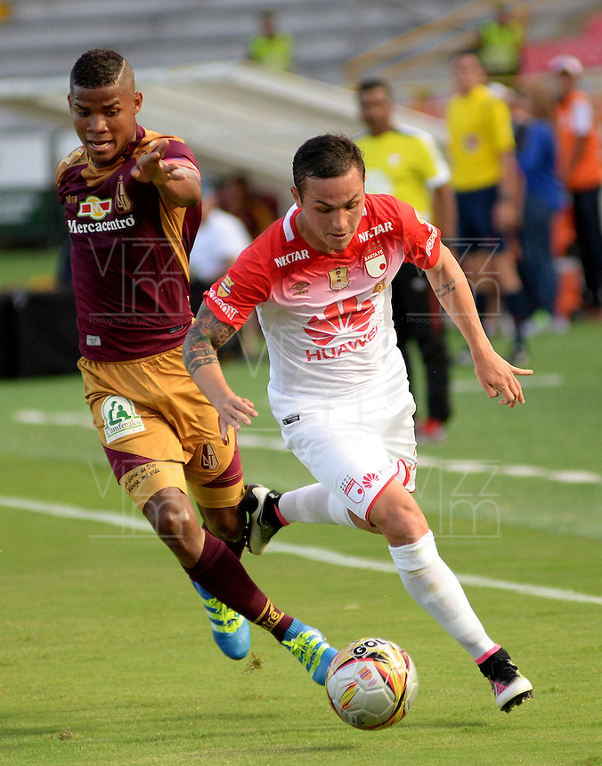 IBAGUÉ -COLOMBIA, 04-03-2015. Wilmar Barrios (Izq) del Deportes Tolima disputa el balón con Luis Manuel Seijas (Der) de Independiente Santa Fe durante partido por la fecha 17 de la Liga Águila I 2016 jugado en el estadio Manuel Murillo Toro de Ibagué./ Wilmar Barrios (L) player of Deportes Tolima struggles for the ball with Luis Manuel Seijas (R) player of Independiente Santa Fe during match for the date 17 of the Aguila League I 2016 played at Manuel Murillo Toro stadium in Ibague city. Photo: VizzorImage / Juan Carlos Escobar / Cont