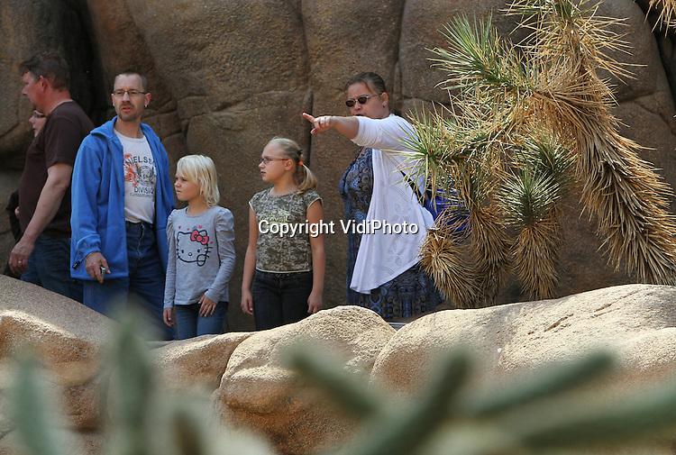 Foto: VidiPhoto..ARNHEM - Bezoekers in de Desert en Bush van Burgers' Zoo in Arnhem..