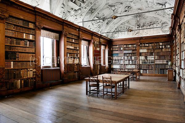 Inside the historic library of the abdij van park parc for Interieur belgium