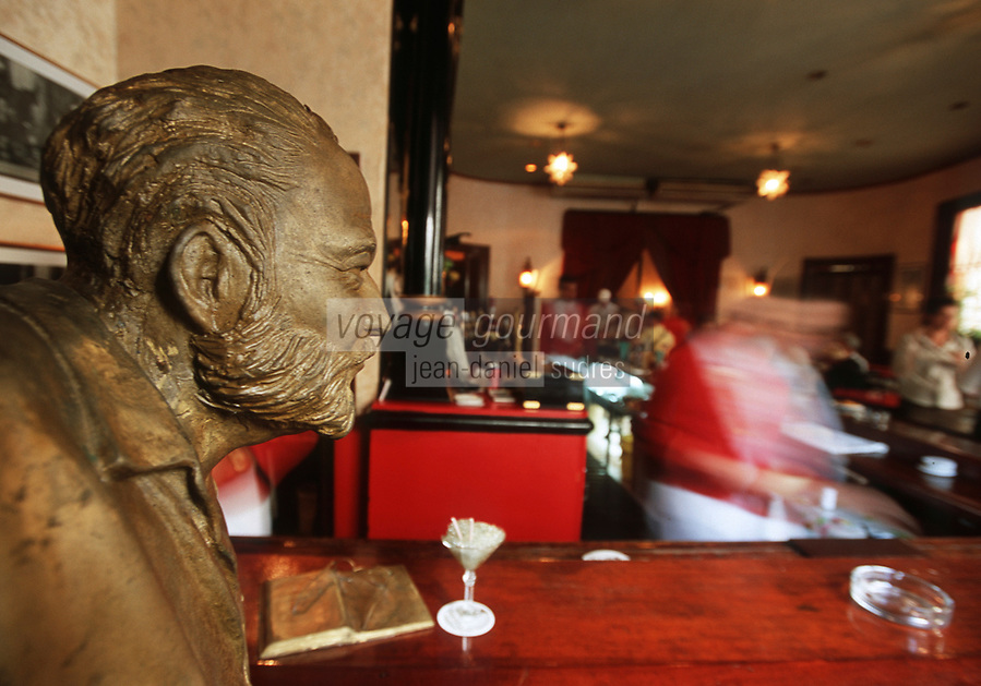 """Cuba/La Havane: Au bar """"El Floridita"""" Statue d'Ernest Hemingway et """"Mojito"""" Cocktail à base de rhum, citron et menthe - Calle Obispo 557, esquina a Monserrate, La Habana Vieja"""