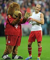 FUSSBALL   1. BUNDESLIGA  SAISON 2011/2012   7. Spieltag FC Bayern Muenchen - Bayer 04 Leverkusen          24.09.2011 Maskottchen Bernie, Arjen Robben (v. li., FC Bayern Muenchen)