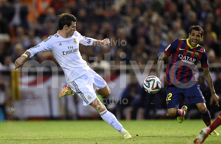 FUSSBALL  INTERNATIONAL Copa del Rey FINALE  2013/2014    FC Barcelona - Real Madrid            16.04.2014 Gareth Bale (li, Real Madrid) gegen Daniel Alves (Barca)