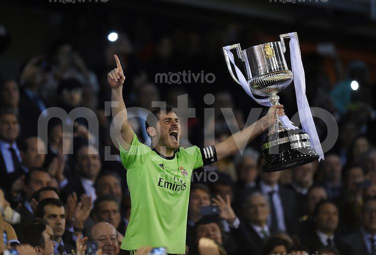 FUSSBALL  INTERNATIONAL Copa del Rey FINALE  2013/2014    FC Barcelona - Real Madrid            16.04.2014 Torwart Iker Casillas (Real Madrid) jubelt mit Pokal