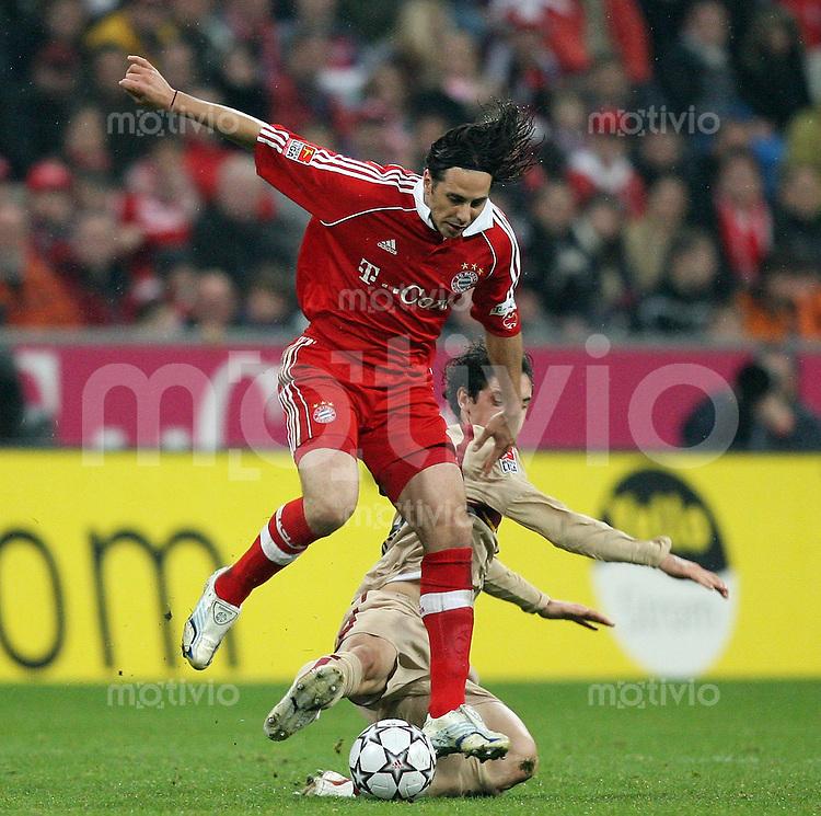 Fussball Bundesliga 13. Bundesliga  FC Bayern Muenchen 2-1 VfB Stuttgart Claudio Pizarro (FCB,vorn) gegen Roberto Hilbert (VfB)