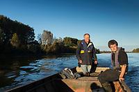 France, Indre-et-Loire (37), env Amboise,Charg&eacute;,  Vall&eacute;e de la Loire class&eacute;e Patrimoine Mondial de l'UNESCO, &agrave; la p&ecirc;che sur la vall&eacute;e de la Loire avec les  p&ecirc;cheurs professionnels , Philippe Boisneau, et Nicolas Bonnet  , prise d'un brochet  // France, Indre et Loire, near Amboise, Charge,  Loire Valley listed as World Heritage by UNESCO, fishing on Loire Valley  with professional fishermen, Philippe Boisneau and Nicolas Bonnet   <br /> AUTO N 2013-153 et AUTO  N 2013-154,
