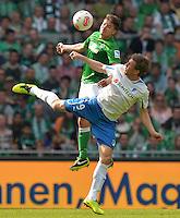 FUSSBALL   1. BUNDESLIGA   SAISON 2012/2013    32. SPIELTAG SV Werder Bremen - TSG 1899 Hoffenheim             04.05.2013 Aleksandar Ignjovski (hinten, SV Werder Bremen) gegen Sven Schipplock (vorn, TSG 1899 Hoffenheim)