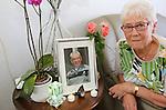 Foto: VidiPhoto<br /> <br /> CUIJK - Portret van de 75-jarige mevr. Janssen-Groesbeek uit Cuijk. Zij verloor vorig jaar april haar man aan Q-koorts.