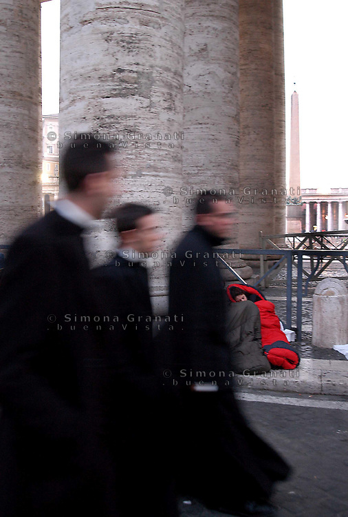 Roma, 7-04-2005.Piaza San Pietro .L'ultimo saluto al Papa, veglie e preghiere