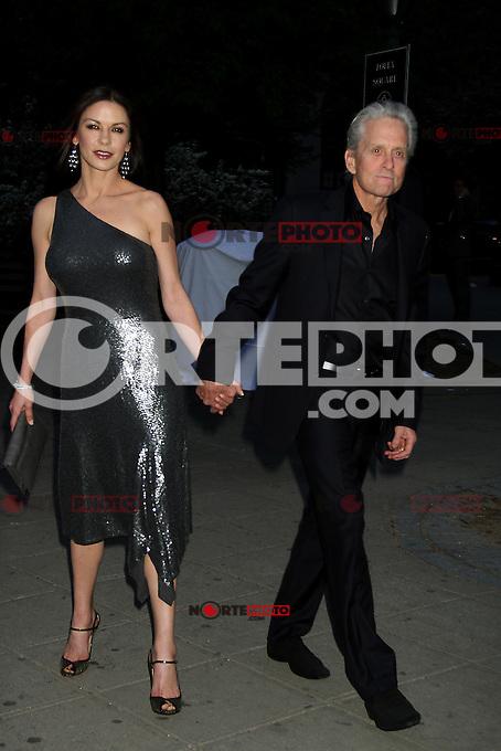 April 17, 2012 Catherine Zeta Jones and Michael Douglas asiste a la 11 &ordf; Anual Tribeca Film Festival - Fiesta de Vanity Fair en la Corte Suprema del Estado de Nueva York. <br /> (Foto:&copy;RWMediapunchinc/NortePhoto.com*)<br /> **SOLO*VENTA*EN*MEXiCO**<br /> **CREDITO*OBLIGATORIO