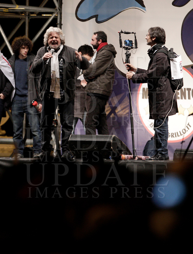 "Il leader del MoVimento 5 Stelle Beppe Grillo chiude la campagna elettorale per le elezioni politiche nazionali e regionali del Lazio con l'ultima tappa dello ""Tsunami Tour"" in piazza San Giovanni a Roma, 23 febbraio 2013..Italian blogger and comedian Beppe Grillo, leader of the 5 Stars Movement, attends the electoral campaign closing meeting in Rome, 23 February 2013. Political and local elections are scheduled in Italy for next 24 and 25 February..UPDATE IMAGES PRESS/Riccardo De Luca"