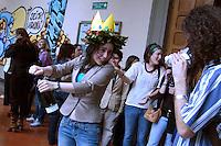Giovane studentessa che festeggia la sua laurea insieme ai compagni..Young student who is celebrating his graduation with friends..