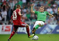 FUSSBALL   1. BUNDESLIGA   SAISON 2011/2012    5. SPIELTAG SV Werder Bremen - Hamburger SV                         10.09.2011 Robert TESCHE (li, Hamburg) gegen Aaron HUNT (re, Bremen)