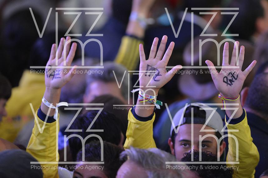 BOGOTÁ -COLOMBIA. 15-06-2014. Seguidores de Juan Manuel Santos del partido de La Unidad Nacional celebran la victoria sobre Oscar Ivan Zuluaga del Centro democrático en la segunda vuelta de la elección de Presidente y vicepresidente de Colombia que se cumplió hoy 15 de junio de 2014 en todo el país./ Followers of Juan Manuel Santos of the National Unity Party celebrating victory on Oscar Ivan Zuluaga democratic Center The second round of the election of President and vice President of Colombia that took place today June 15, 2014 across the country. Photo: VizzorImage/ Gabriel Aponte / Staff