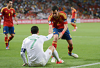 FUSSBALL  EUROPAMEISTERSCHAFT 2012   HALBFINALE Portugal - Spanien                  27.06.2012 Fairplay: Sergio Busquets (Spanien) hilft Cristiano Ronaldo (Portugal) auf die Beine