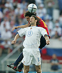 Fussball INTERNATIONAL EURO 2004 Spanien - Russland Roman Sharonov (RUS,vorn) gegen Fernanodo Morientes (ESP)