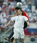 Fussball INTERNATIONAL EURO 2004 Spanien - Russland Roman Sharonov (RUS,vorn) gegen Fernanodo Morientes (ESP)