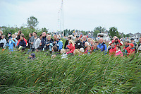 SKUTSJESILEN: GROU: SKS skûtsjesilen, Friese Sporten, 30-07-2011, Fryslân, publiek in de Tynje tussen Pikmar en Wide Ie, ©foto Martin de Jong