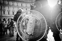 ITA: Polizia italiana in assetto antisommossa, Roma 19 Ottobre 2013. Decine di migliaia di persone sono scese in piazza per protestare contro le misure di austerità e tagli di bilancio in Italia. (Foto di Adamo Di Loreto/BuenaVista*photo) ENG: Italian police dressed in riot gear on October 19, 2013 in Rome. Tens of thousands of people took to the streets to protest against the austerity measures and budget cuts in Italy. (Photo credit Adamo Di Loreto/BuenaVista*photo)