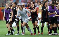 Dresden , 100711 , FIFA / Frauen Weltmeisterschaft 2011 / Womens Worldcup 2011 , Viertelfinale ,  .Brasilien (BRA) gegen USA  .die amerikanische Mannschaft um Torhüterin Hope Solo (USA) jubeln über den Einzug ins Halbfinale nach Elfmeterschiessen .Foto:Karina Hessland .