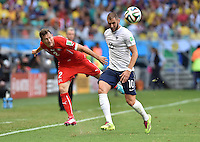 FUSSBALL WM 2014  VORRUNDE    GRUPPE E     Schweiz - Frankreich                   20.06.2014 Stephan Lichtsteiner (li, Schweiz) gegen Karim Benzema (re, Frankreich)