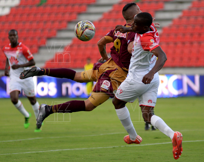 IBAGUÉ -COLOMBIA, 04-03-2015. Matheus Uribe (Izq) del Deportes Tolima disputa el balón con Dairon Mosquera (Der) de Independiente Santa Fe durante partido por la fecha 17 de la Liga Águila I 2016 jugado en el estadio Manuel Murillo Toro de Ibagué./ Matheus Uribe (L) player of Deportes Tolima struggles for the ball with Dairon Mosquera (R) player of Independiente Santa Fe during match for the date 17 of the Aguila League I 2016 played at Manuel Murillo Toro stadium in Ibague city. Photo: VizzorImage / Juan Carlos Escobar / Cont