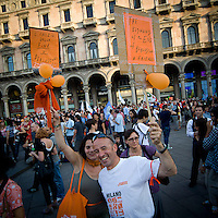 Sostenitori di Giuliano Pisapia in piazza Duomo durante i festeggiamenti per la vittoria...Fans of Giuliano Pisapia in Duomo square during the celebration for the Pisapia victory