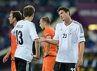 FUSSBALL  EUROPAMEISTERSCHAFT 2012   VORRUNDE Niederlande - Deutschland       13.06.2012 Thomas Mueller (li) und Mario Gomez (re, beide Deutschland)