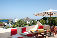 A large parasol provides shade on the roof terrace and makes it the perfect place for relaxing and enjoying the fabulous view