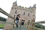 Foto: VidiPhoto<br /> <br /> DOORNENBURG - Sluiting dreigt voor een van de mooiste en bekendste Middeleeuwse kastelen van Nederland: kasteel de Doornenburg in de gelijknamige Gelderse plaats. De burcht heeft de enige nog functionerende kasteelboerderij (met Lakenvelder vleesvee) van Nederland binnen haar muren. Die houdt dan ook op te bestaan. De kosten voor exploitatie van zowel kasteel, horeca als boerderij zijn te hoog, ondanks de hulp van 50 vrijwilligers. Op kasteel Doornenburg zijn diverse reclamefilmpjes (&quot;ze smelten de kazen&quot;) en delen van historische films opgenomen, naast de bekende tv-serie Floris met daarin hoofdrolspeler Rutger Hauer. Het bestuur van eigenaar Stichting tot Behoud van den Doornenburg heeft donderdag een brief geschreven aan de provincie met een verzoek om subsidie. Het steekt de stichting dat de Gelderse kastelenstichting een miljoenenbijdrage krijgt en de Doornenburg geen stuiver. Foto: VidiPhoto<br /> <br /> DOORNENBURG - Sluiting dreigt voor een van de mooiste en bekendste Middeleeuwse kastelen van Nederland: kasteel de Doornenburg in de gelijknamige Gelderse plaats. De burcht heeft de enige nog functionerende kasteelboerderij (met Lakenvelder vleesvee) van Nederland binnen haar muren. Die houdt dan ook op te bestaan. De kosten voor exploitatie van zowel kasteel, horeca als boerderij zijn te hoog, ondanks de hulp van 50 vrijwilligers. Op kasteel Doornenburg zijn diverse reclamefilmpjes (&quot;ze smelten de kazen&quot;) en delen van historische films opgenomen, naast de bekende tv-serie Floris met daarin hoofdrolspeler Rutger Hauer. Het bestuur van eigenaar Stichting tot Behoud van den Doornenburg heeft donderdag een brief geschreven aan de provincie met een verzoek om subsidie. Het steekt de stichting dat de Gelderse kastelenstichting een miljoenenbijdrage krijgt en de Doornenburg geen stuiver. Foto: Beheerder Theo van den Brink.