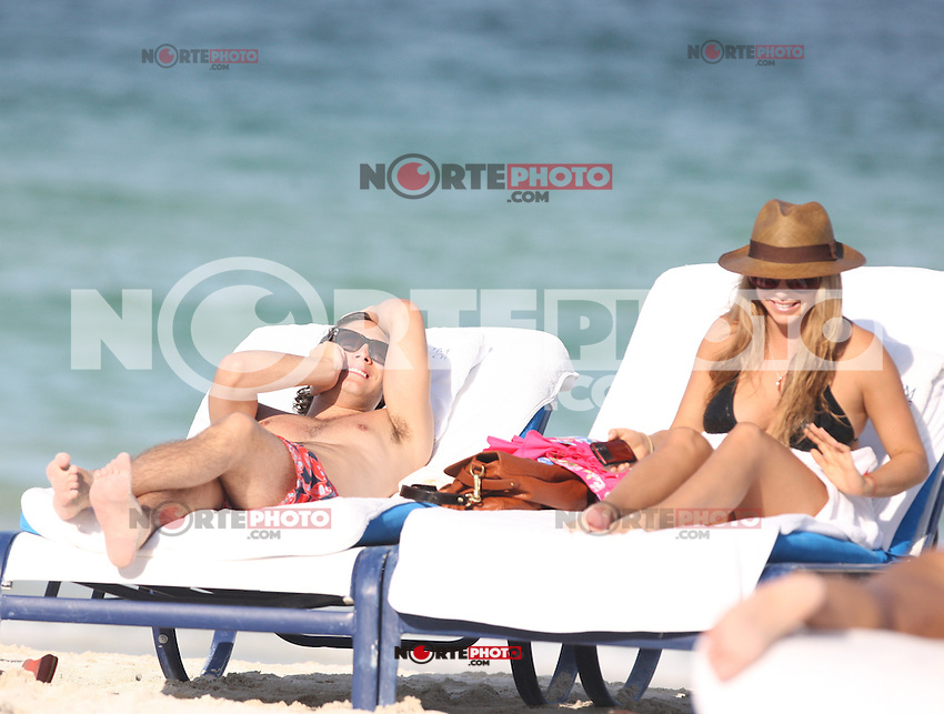MRPIXX - 10 JULY 11..MIAMI BEACH, FLORIDA..DIEGO BONETA AND GIRLFRIEND IN MIAMI BEACH DAY..NON EXCLUSIVE BY...MRPIXX