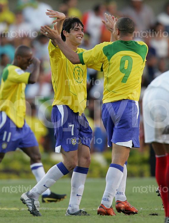 Fussball International WM Quali 2006 Brasilien  1- 0 Peru JUBEL Brasilien; Torschuetze Kaka,li) und Passgeber Ronaldo
