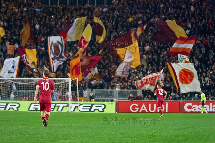 ROMA (RM) 19/11/2012: SERIE A TREDICESIMA GIORNATA ROMA - TORINO. INCONTRO VINTO DALLA ROMA PER 2 A 0. NELLA FOTO UNA VEDUTA DELLA CURVA SUD CON TOTTI AL CENTRO DEL CAMPO FOTO ADAMO DI LORETO/